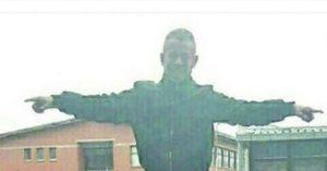 NE MOŽE MU NIKO NIŠTA: Ovako sin moćnog švercera cigareta skače po džipu direktora policije! (FOTO)