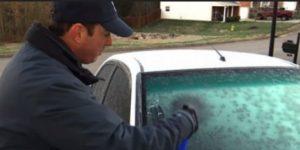 Ovaj čovjek će vam pokazati kako da istog trena odledite šoferšajbu. Genijalan trik koji će vas spasiti ove zime! (Video)
