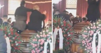 SKANDAL U SOMBORU! PRETVORILI SAHRANU U VAŠAR! Došli da izjave saučešće, pa zaigrali i zapevali uz muziku uživo na kovčegu pokojnika! (VIDEO)
