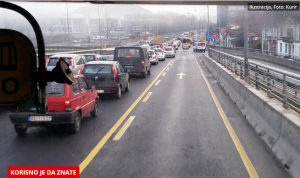 EVO KAKO DA VOZITE ŽUTOM TRAKOM, A DA VAM POLICIJA NE PIŠE KAZNU: Ne, nije u putanju nikakav trik, ali mnogi vozači ovo ne znaju