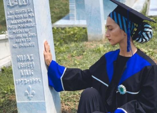 NEJRA JE DOŠLA U POTOČARE DA KAŽE SVOM BABI JEDNU STVAR: Slika iz Srebrenice koja je rasplakala sve